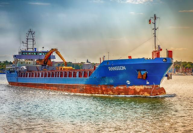 modrá nákladní loď.jpg