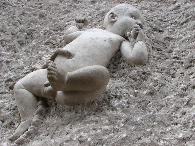 dítě vytesané do betonu.jpg